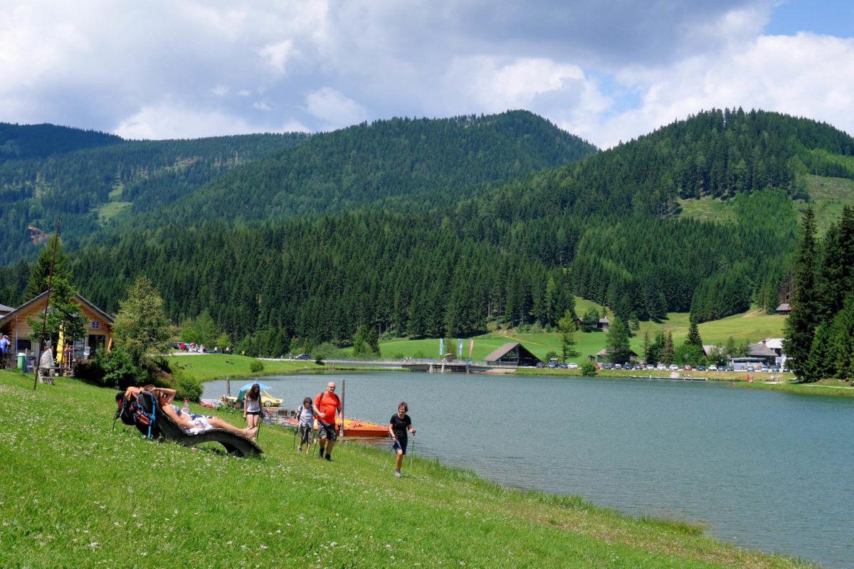 Im Sommer lädt der Teichalmsee im Südosten Österreichs zum Baden und Tretbootfahren ein, im Winter zum Eislaufen und Eisstockschießen - © FRASHO / franks-travelbox