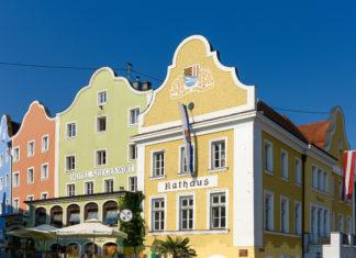 Das Rathaus von Schärding, Österreich, verbirgt sich ebenfalls hinter einer liebevoll restaurierten historischen Barockfassade  - © James Camel / franks-travelbox