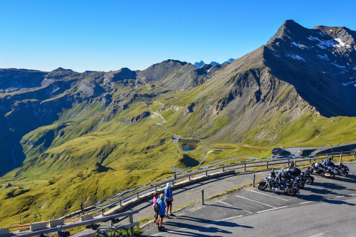 Biker und Radler genießen die sensationelle Aussicht auf der Edelweißspitze, dem höchsten Punkt der Großglockner Hochalpenstraße, Österreich - © FRASHO / franks-travelbox