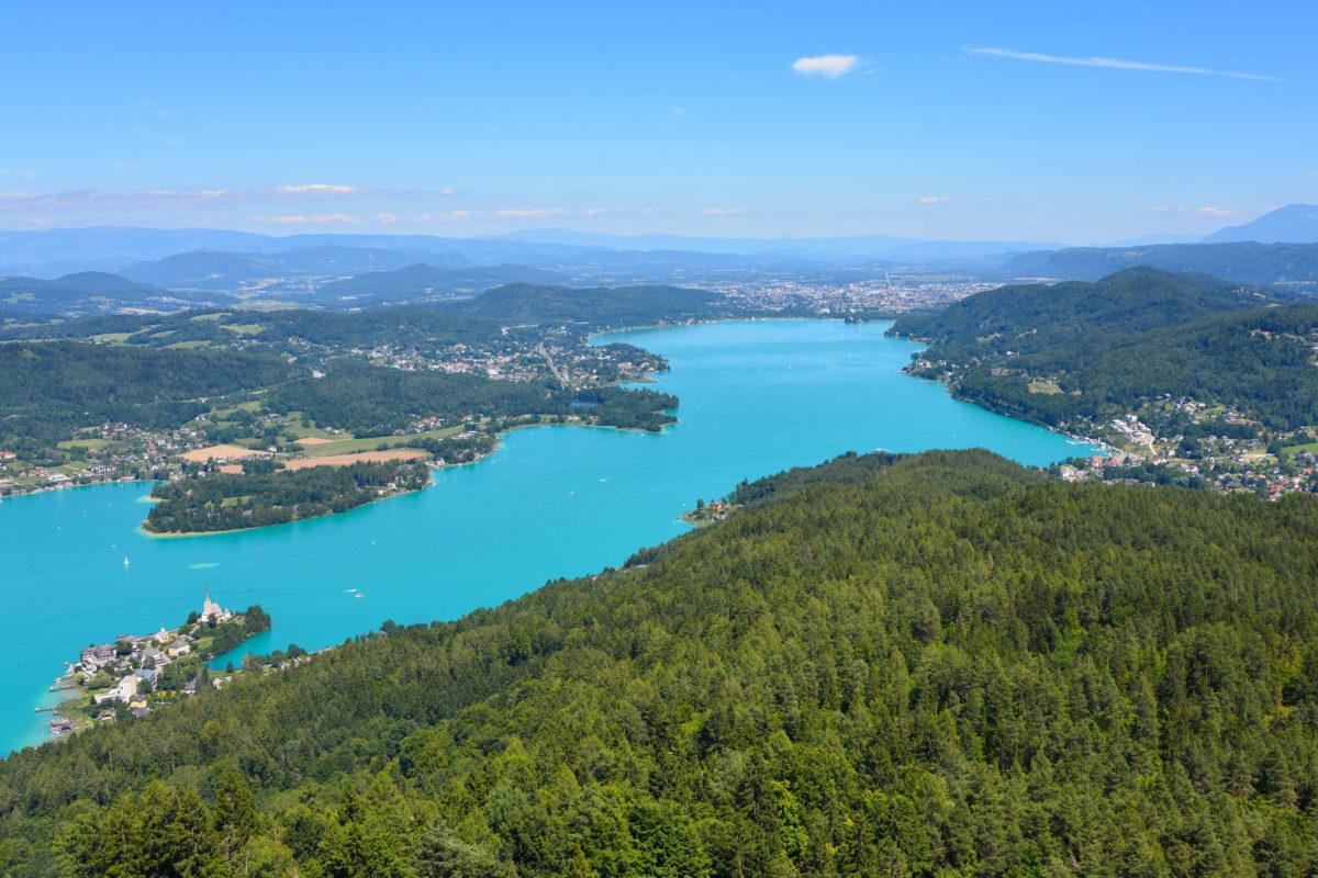 Blick vom Aussichtsturm Pyramidenkogel auf den idyllischen Wörthersee und Kärntens Hauptstadt Klagenfurt, Österreich - © FRASHO / franks-travelbox