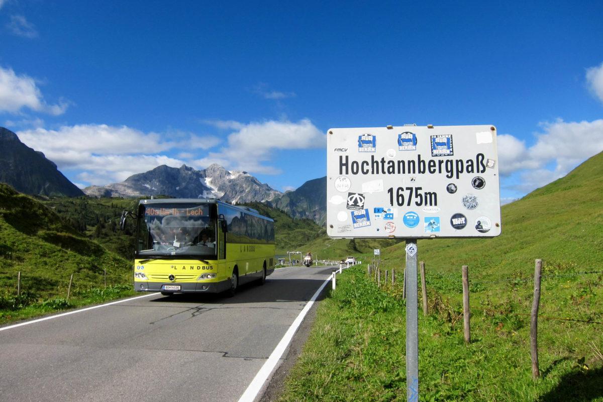 Der Hochtannbergpass in Vorarlberg liegt auf einer eindrucksvollen Hochalm, auf der ein Parkplatz Mountainbiker, Motorradfahrer und Wanderer willkommen heißen, Österreich - © FRASHO / franks-travelbox