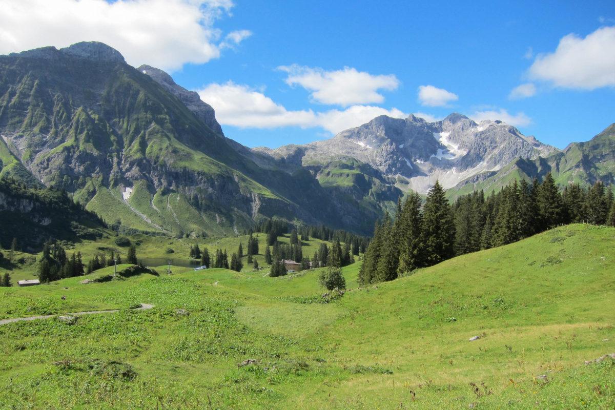 Der kleine Körbersee in der Nähe des Hochtannbergpasses in Vorarlberg wurde bereits zum schönsten Platz Österreichs gewählt - © FRASHO / franks-travelbox