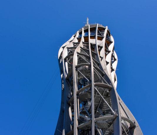 Der mit Antennen 100 Meter hohe Aussichtsturm Pyramidenkogel in Kärnten, Österreich, wurde am 20. Juni 2013 eröffnet - © FRASHO / franks-travelbox