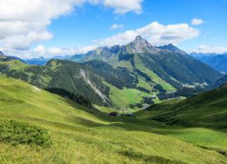 Im Sommer lockt Warth in Vorarlberg als idealer Ausgangspunkt für Touren in den Bregenzerwald und ins Lechquellengebirge, Österreich - © FRASHO / franks-travelbox