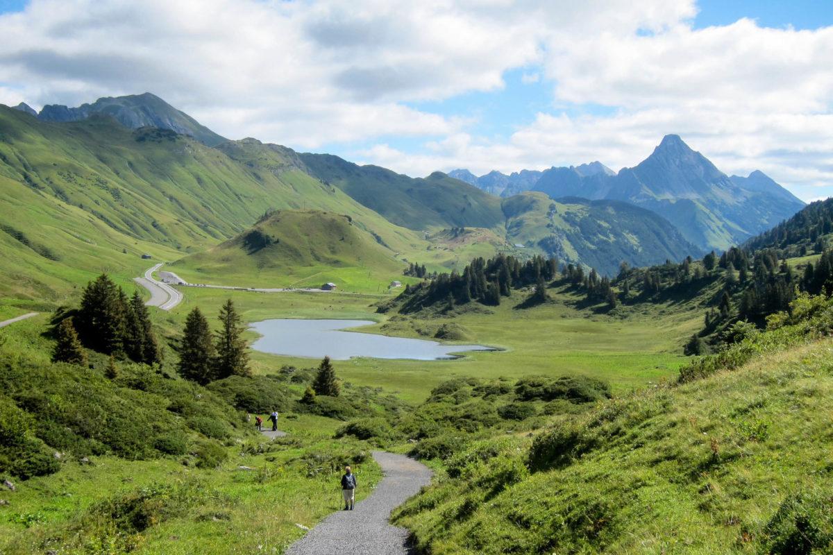 In der Nähe des Hochtannbergpasses in Vorarlberg, Österreich, liegt der Kalbelesee inmitten saftiger Almwiesen neben der Bregenzerwaldstraße - © FRASHO / franks-travelbox
