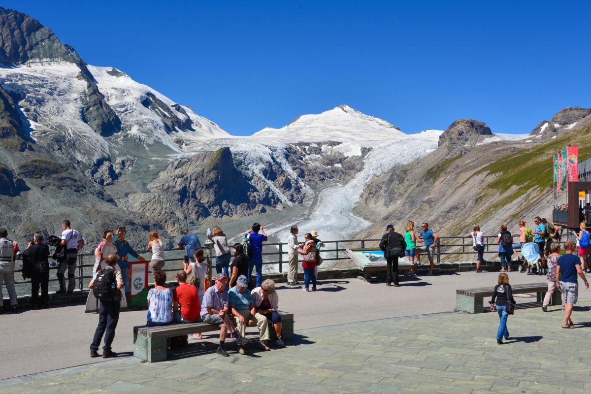 Von der Kaiser Franz Josefs Höhe an der Großglockner Hochalpenstraße fällt der Blick auf die Pasterze, Österreichs größten Gletscher - © FRASHO / franks-travelbox