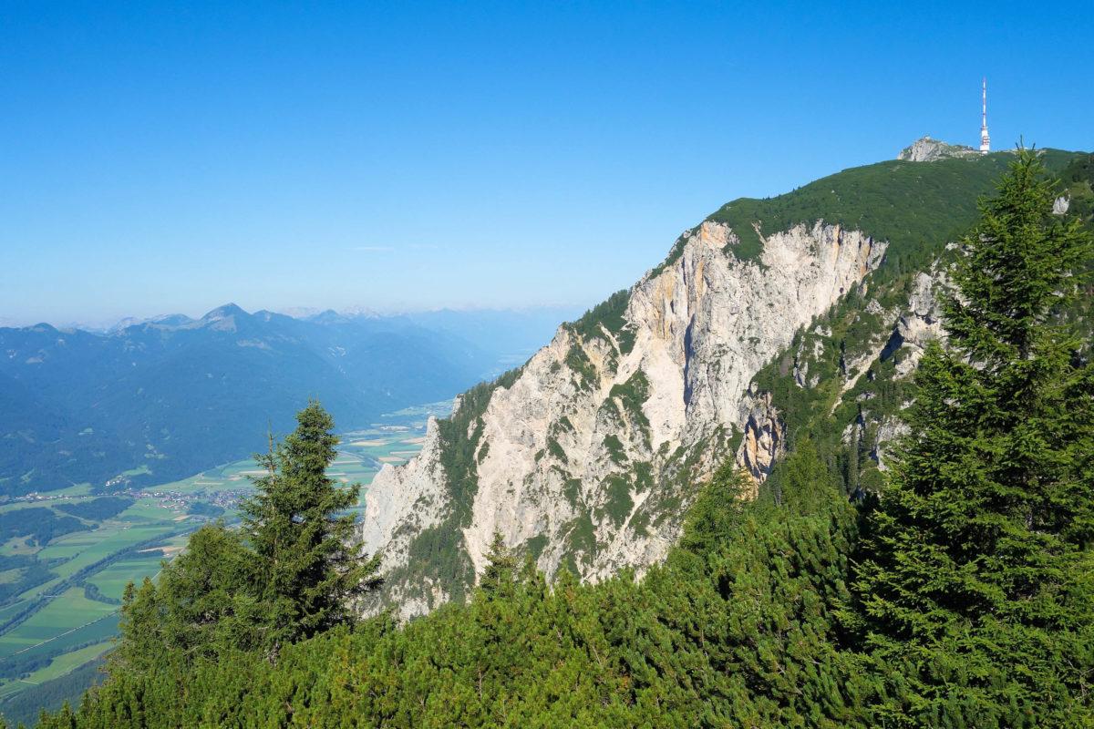 Von der Villacher Alpenstraße im Naturpark Dobratsch fällt der Blick auf die Rote Wand mit dem größten Bergsturzgebiet der Ostalpen, Österreich - © FRASHO / franks-travelbox