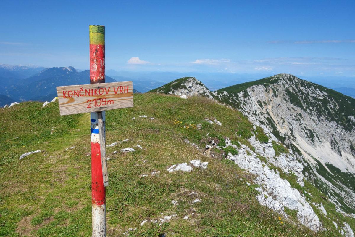 Der 2.126m hohe Gipfel der Petzen liegt genau an der Grenze zwischen Österreich und Slowenien und ist von beiden Seiten aus begehbar - © FRASHO / franks-travelbox