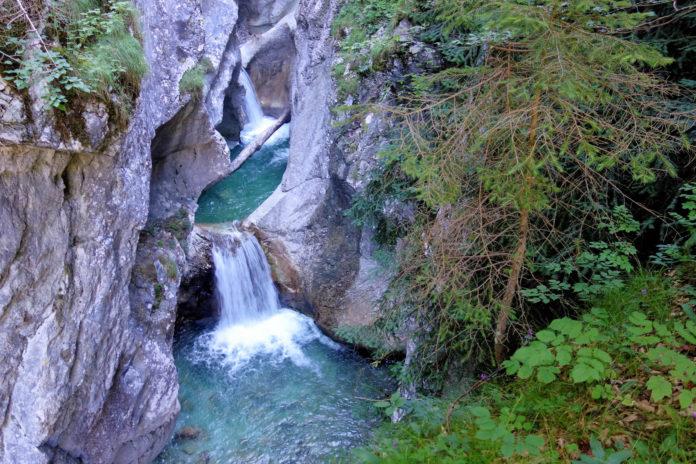 Die Garnitzenklamm in Kärnten, Österreich, beeindruckt mit ihren türkisblauen Bachläufen, kleinen Wasserfällen und spektakulären Felsformationen - © FRASHO / franks-travelbox