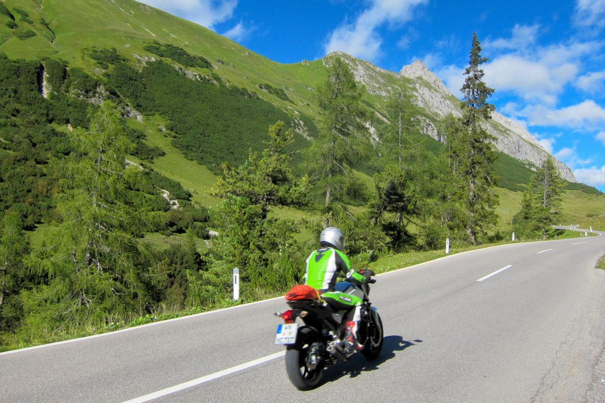Für Schwerverkehr gesperrt ist die kurvenreiche Hahntennjoch-Passstraße in Tirol, Österreich, für Ausflügler, Motorradfahrer und Rennradler umso attraktiver - © FRASHO / franks-travelbox
