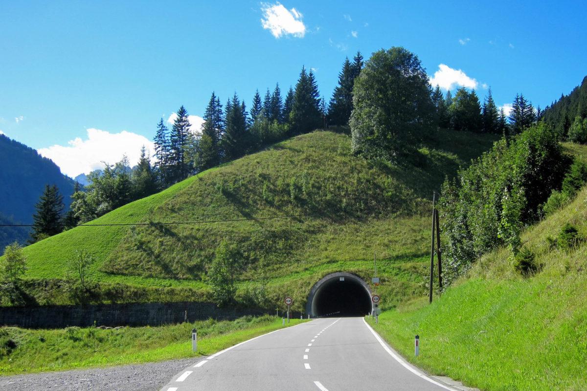 Zwischen steilen Felswänden und Abgründen mit sensationeller Aussicht geht es auf der Hahntennjoch-Passstraße in Tirol, Österreich, durch mehrere Tunnel - © FRASHO / franks-travelbox