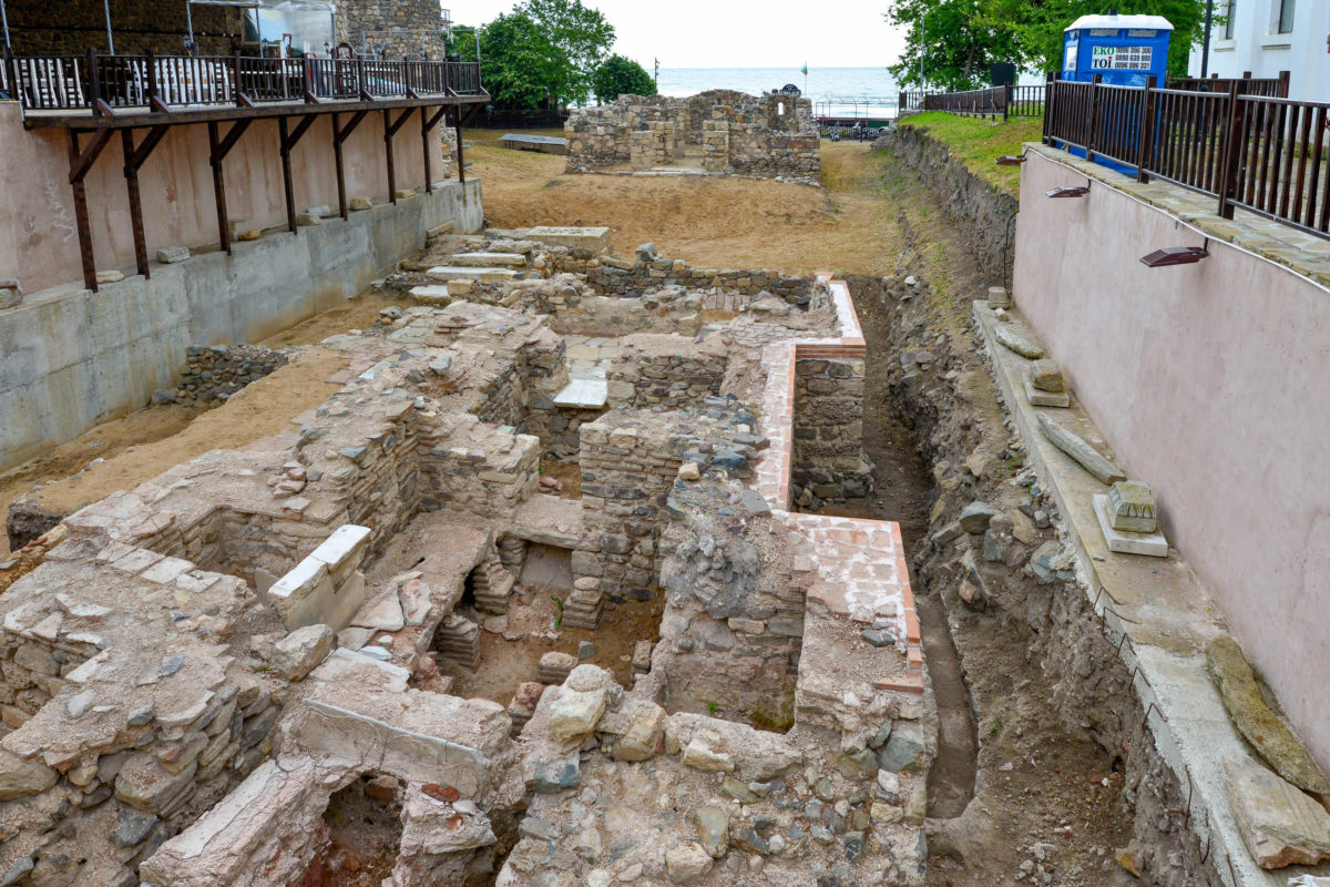 Auf einem kleinen Platz an der Geschäftsstraße Apolonija erinnern Ruinen an das Sozopol der Römerzeit, Bulgarien - © FRASHO / franks-travelbox