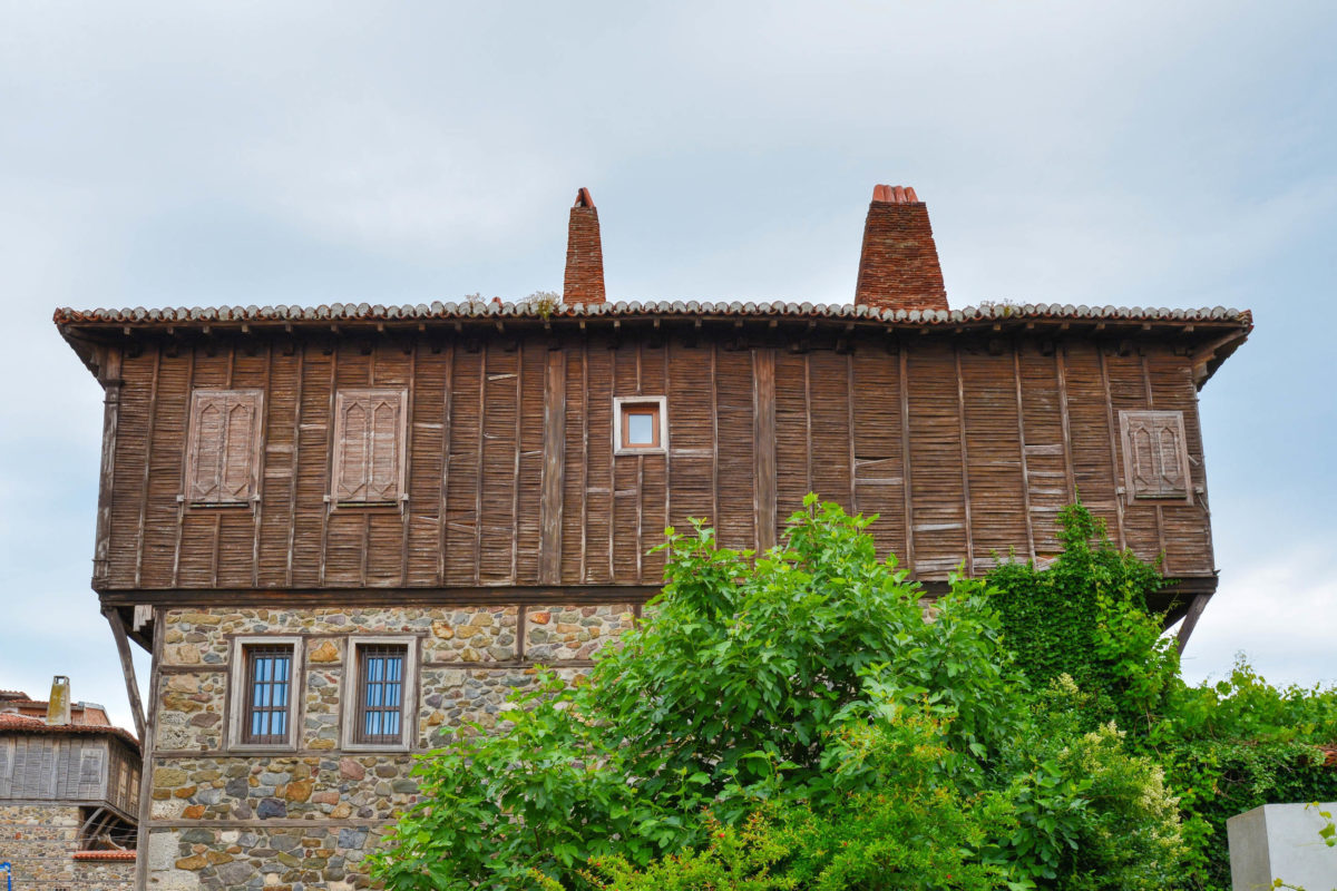 In Sozopol an Bulgariens Schwarzmeer-Küste sind rund 180 der typischen Schwarzmeer-Häuser zu finden - © FRASHO / franks-travelbox