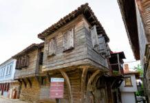 Mit ihren typischen Holzfassaden der Bulgarischen Wiedergeburt steht die gesamte Altstadt von Sozopol unter Denkmalschutz, Bulgarien - © FRASHO / franks-travelbox