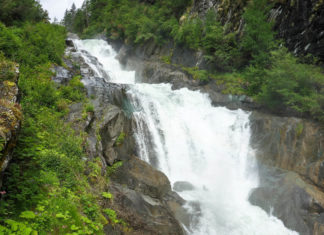 Am ersten Wasserschaupfad Europas im Süden von Österreich können die tosende Isel und die Umbalfälle hautnah erlebt werden - © FRASHO / franks-travelbox