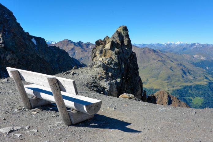 Auf der Aussichtsplattform Dreiländerblick im Kaunertal liegt Tirol-Urlaubern die Bergwelt von Österreich, Italien und der Schweiz zu Füßen - © FRASHO / franks-travelbox