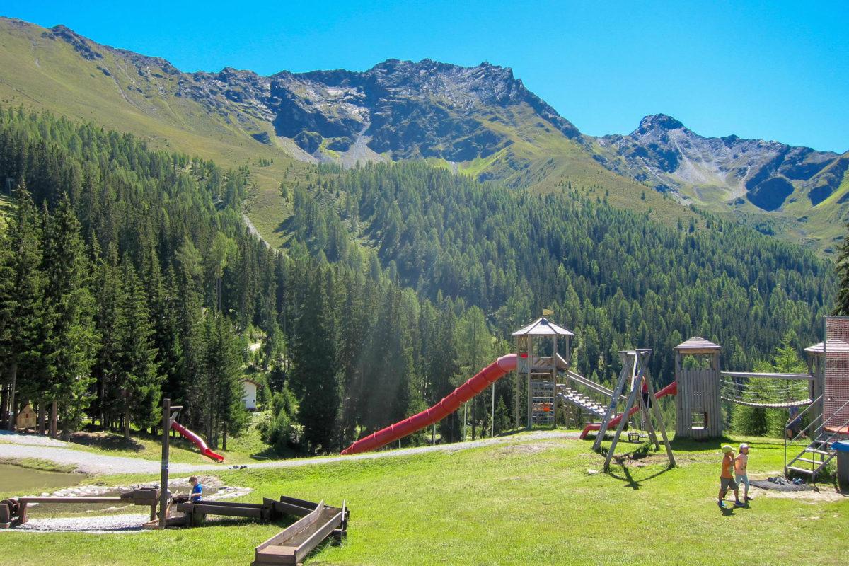 Der große Abenteuerspielplatz bei der Sattelklause auf dem Fendelsberg am Tiroler Kaunergrat lädt zum Rutschen, Klettern und Herumtollen ein, Österreich - © FRASHO / franks-travelbox