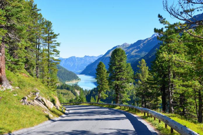 Die Kaunertaler Gletscherstraße in Tirol, Österreich, führt mitten ins Hochgebirge und ist eine der schönsten Panoramastraßen der Alpen - © FRASHO / franks-travelbox