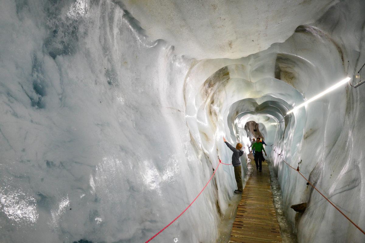 Im Zuge von Führungen kann das Ewige Eis des Kaunertaler Gletschers in der begehbaren Gletscherspalte von Tirol, Österreich, aus nächster Nähe betrachtet werden - © FRASHO / franks-travelbox