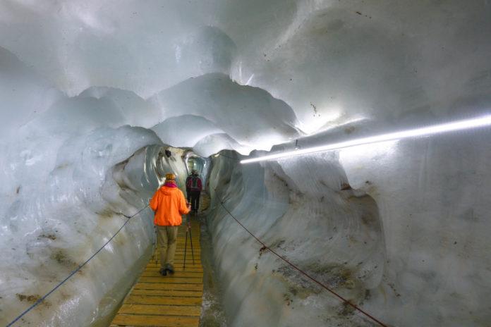 Über den Gletscher und durch den Gletscher geht es beim Kaunertaler Gletscher in Tirol, Österreich - © FRASHO / franks-travelbox