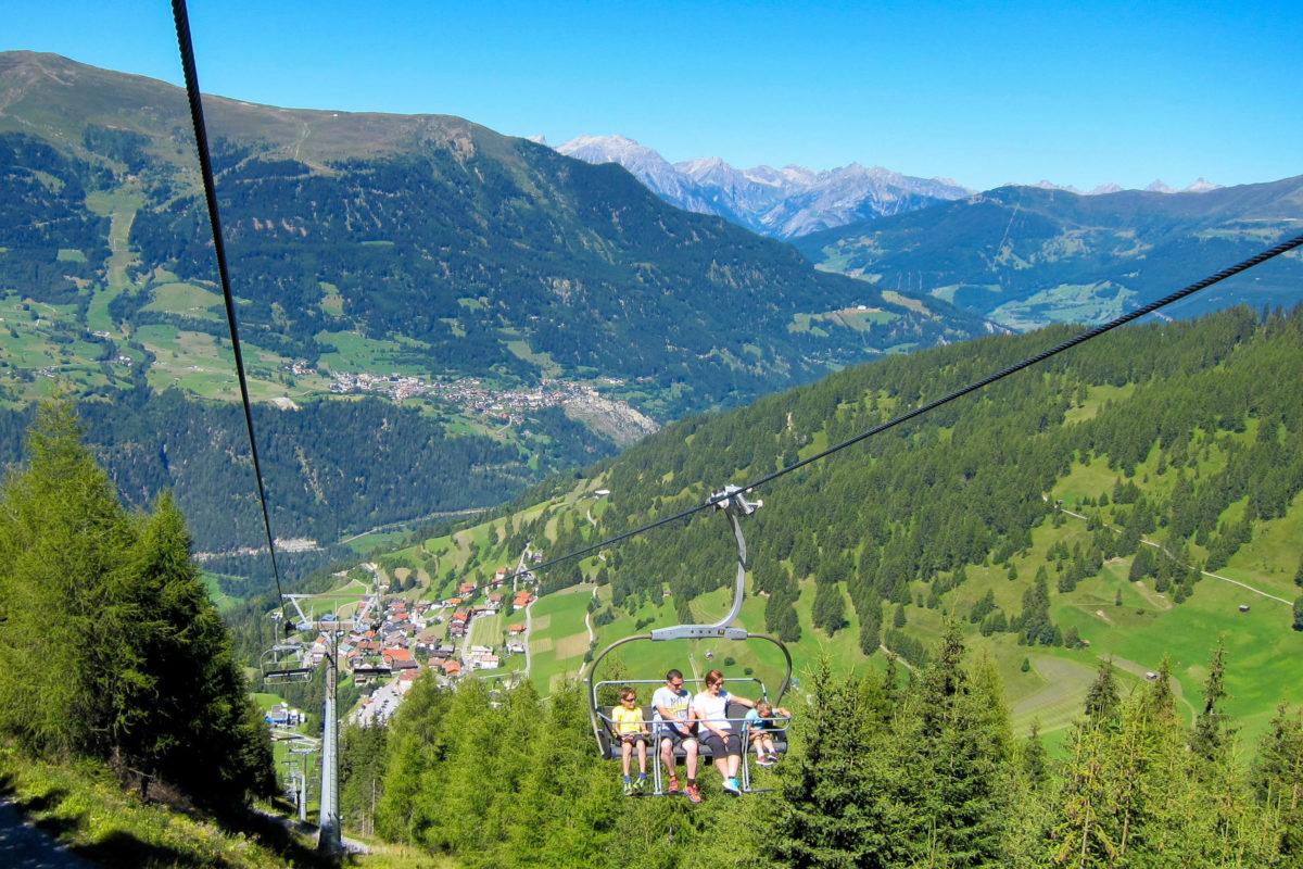Vom Feriendorf Fendels führt ein 4er-Sessellift auf den Fendelsberg und zum gemütlichen Bergrestaurant Sattelklause mit Abenteuerspielplatz in Tirol, Österreich - © FRASHO / franks-travelbox