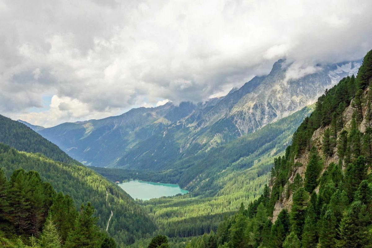 Vom Staller Sattel in Tirol, Österreich, fällt der Blick ins malerische Antholzer Tal in Südtirol, Italien - © FRASHO / franks-travelbox