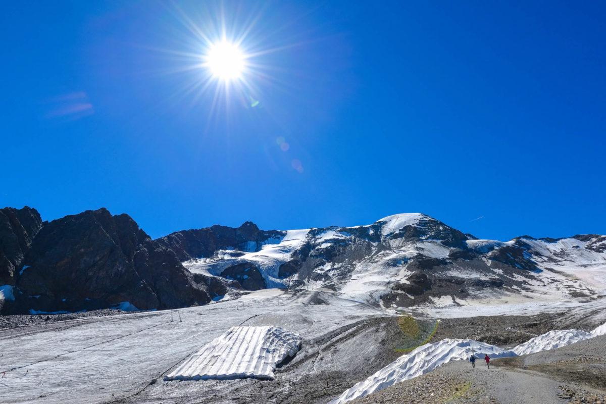 Wenn die Sommersonne dem Kaunertaler Gletscher in Tirol zu arg zusetzt, wird er mit riesigen Planen vor der sengenden Hitze geschützt, Österreich - © FRASHO / franks-travelbox