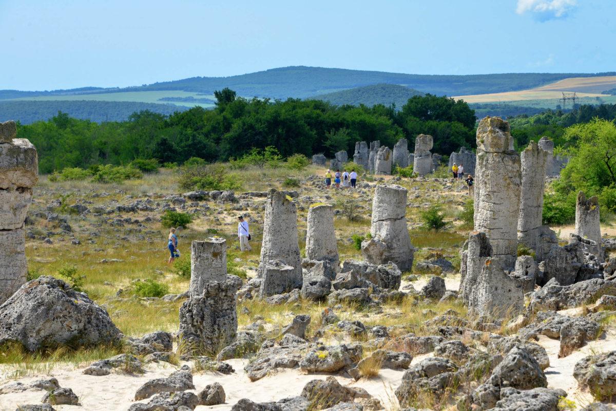 Besucher können völlig frei mitten durch die faszinierenden Steinsäulen von Pobiti Kamani wandern, Bulgarien - © FRASHO / franks-travelbox