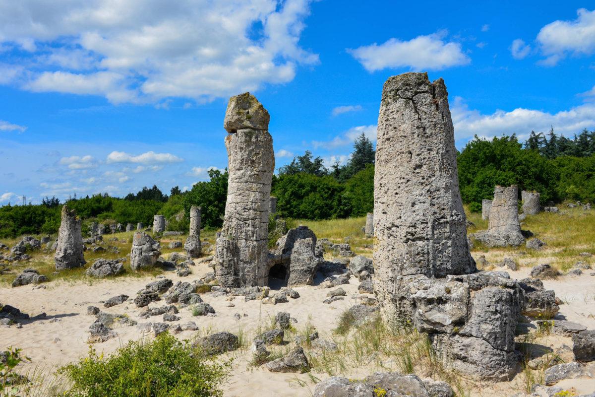Die Steinsäulen von Pobiti Kamani in Bulgarien entstanden vor rund 50 Millionen und sind zu hundert Prozent natürlichen Ursprungs - © FRASHO / franks-travelbox