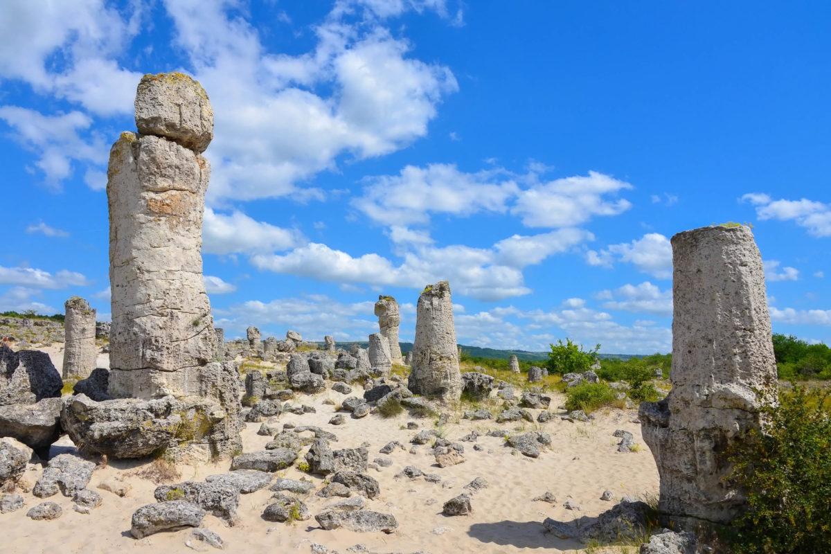 Die Steinsäulen von Pobiti Kamani nahe Warna zählen zu den mysteriösesten Sehenswürdigkeiten von Bulgarien - © FRASHO / franks-travelbox