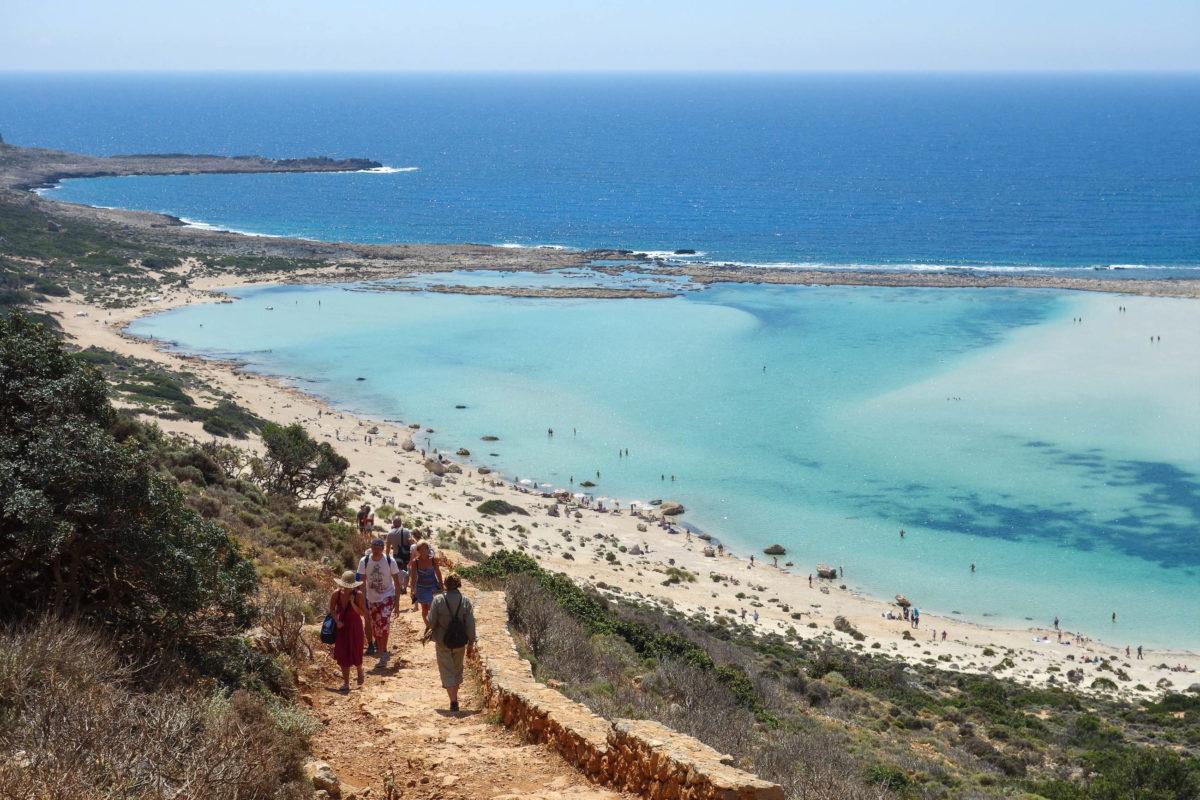 Der Trampelpfad vom Parkplatz offenbart einen wunderschönen Blick auf die Lagune von Balos, Griechenland - © FRASHO / franks-travelbox