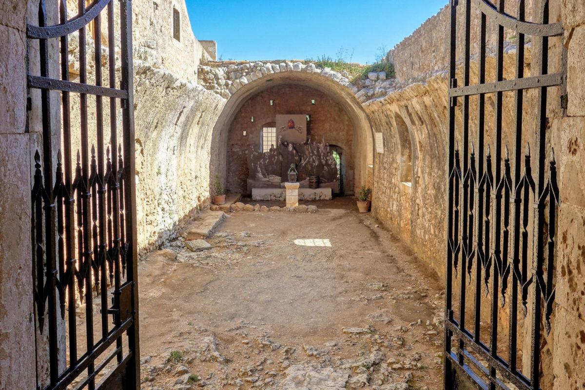 Die gewaltige Explosion im Weinkeller des Arkadi-Klosters auf Kreta, Griechenland, soll 1.000 Menschen in den Tod gerissen haben - © FRASHO / franks-travelbox
