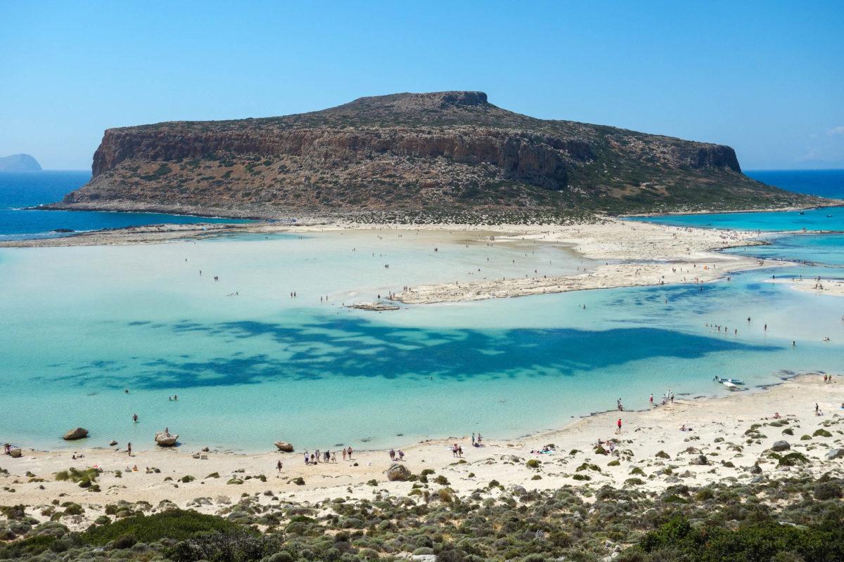 Die Halbinsel Gramvousa in der Lagune von Balos auf Kreta, Griechenland, ist unbewohnt und über eine rund 500m breite Landbrücke zu erreichen - © FRASHO / franks-travelbox