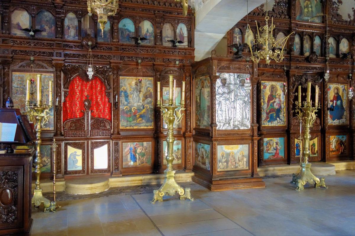 Die Kirche des Arkadi-Klosters auf Kreta, Griechenland, ist innen mit kostbaren Holzschnitzereien und wertvollen Ikonen ausgestattet - © FRASHO / franks-travelbox