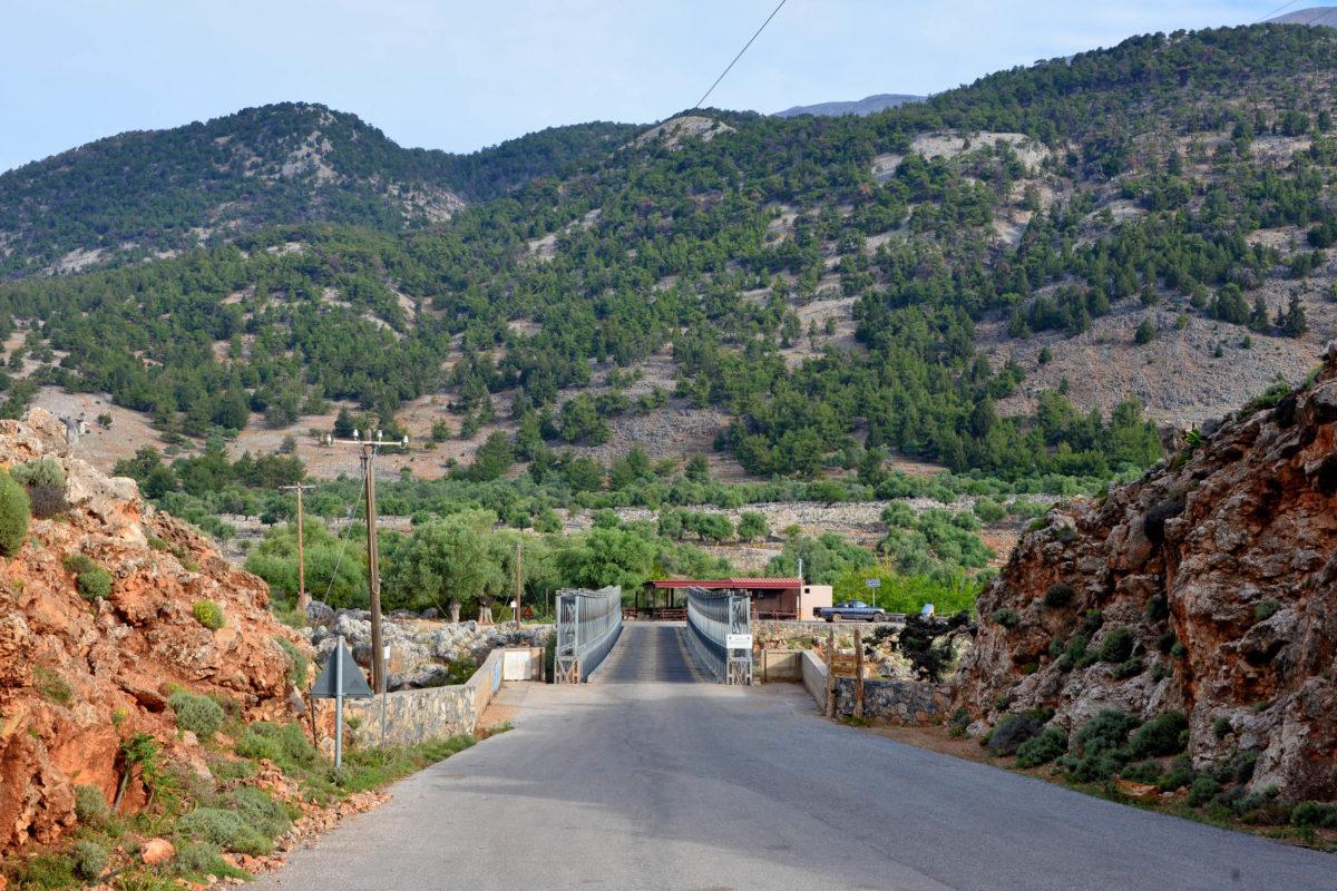 Die meisten Wanderer starten bei der Aradena-Brücke etwa in der Mitte der Aradena-Schlucht auf Kreta, Griechenland - © FRASHO / franks-travelbox