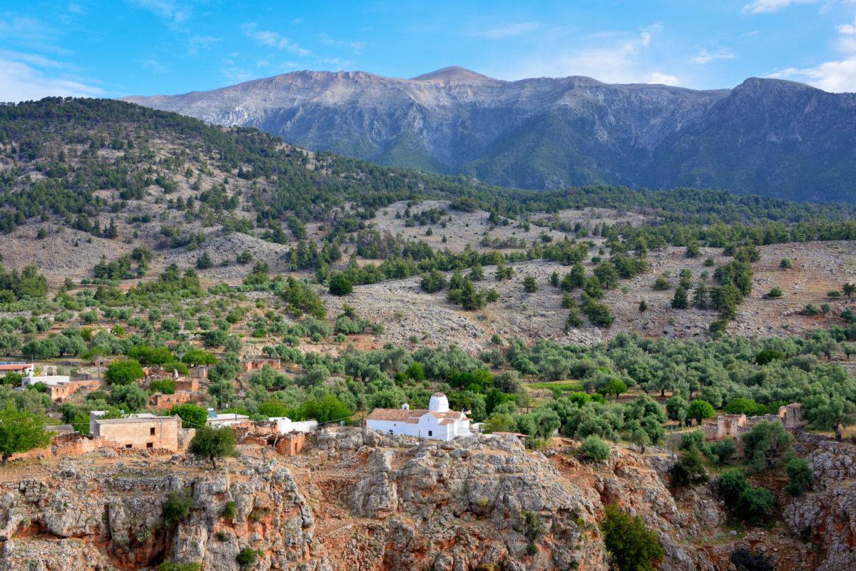 Die schneeweiße Kirche des Erzengels Michael bietet direkt an der Kante der Aradena-Schlucht auf Kreta, Griechenland, ein malerisches Fotomotiv - © FRASHO / franks-travelbox