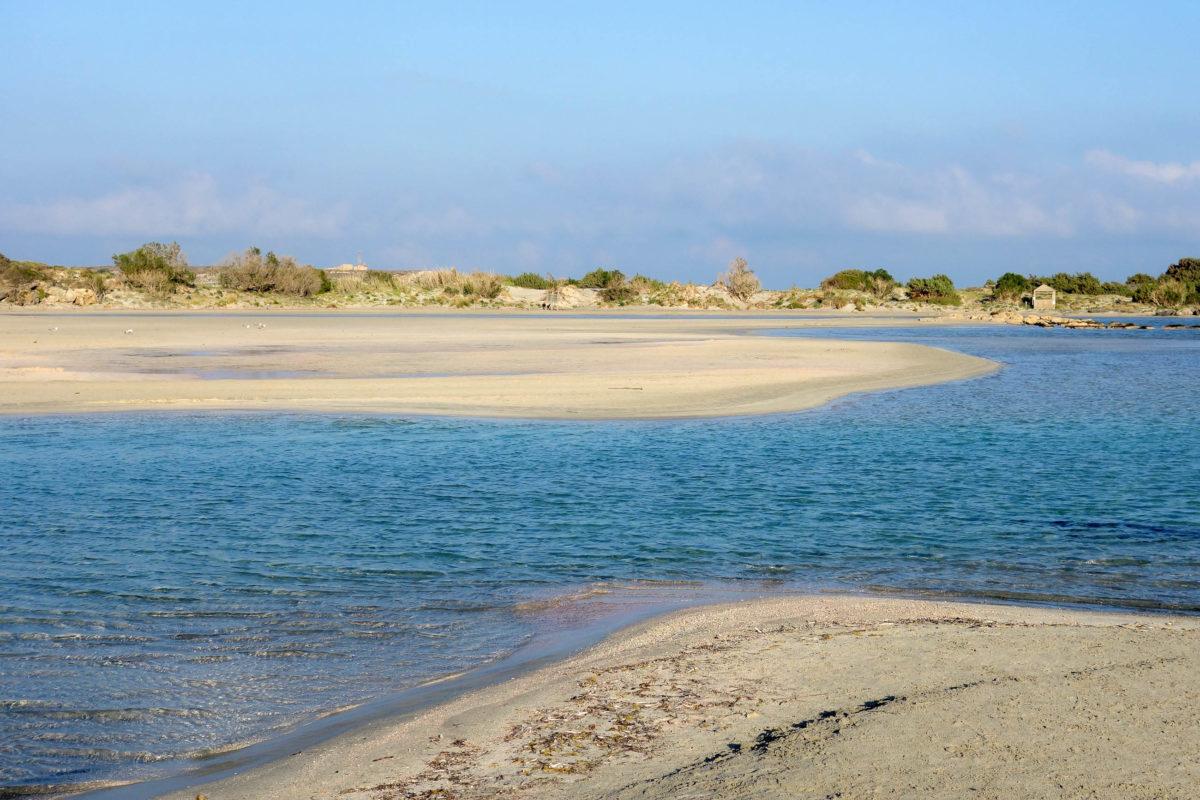 Elafonissi ist vom Rest der Insel Kreta nur durch eine schmale Furt getrennt, die oft völlig austrocknet, Griechenland - © FRASHO / franks-travelbox