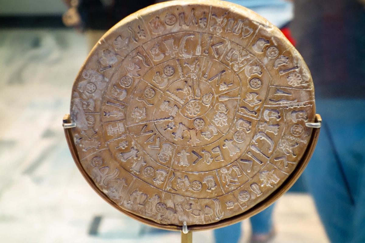 Der Diskos von Phaistos im Archäologischen Museum auf Kreta, Griechenland, gilt als frühestes bekanntes Beispiel der Typografie - © FRASHO / franks-travelbox