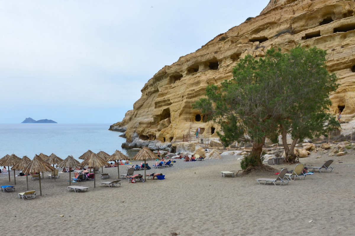 Die beste Reisezeit für die Matala-Höhlen und den Matala Beach auf Kreta, Griechenland, ist der Morgen oder Abend, wenn die Tagesgäste wieder abgereist sind - © FRASHO / franks-travelbox