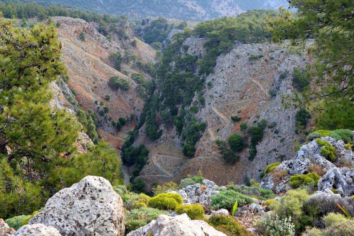 Mittlerweile führt ein Schotterweg von der Aradena-Brücke bis an den Grund der Aradena-Schlucht auf Kreta, Griechenland - © FRASHO / franks-travelbox
