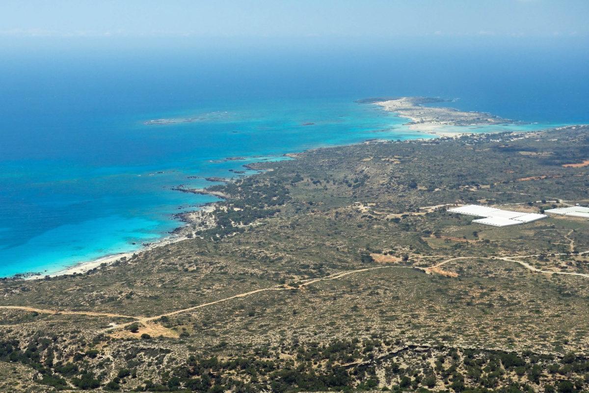 Von der Bergstraße fällt der Blick auf die Insel Elafonissi und den idyllischen Strand im Westen Kretas, Griechenland - © FRASHO / franks-travelbox