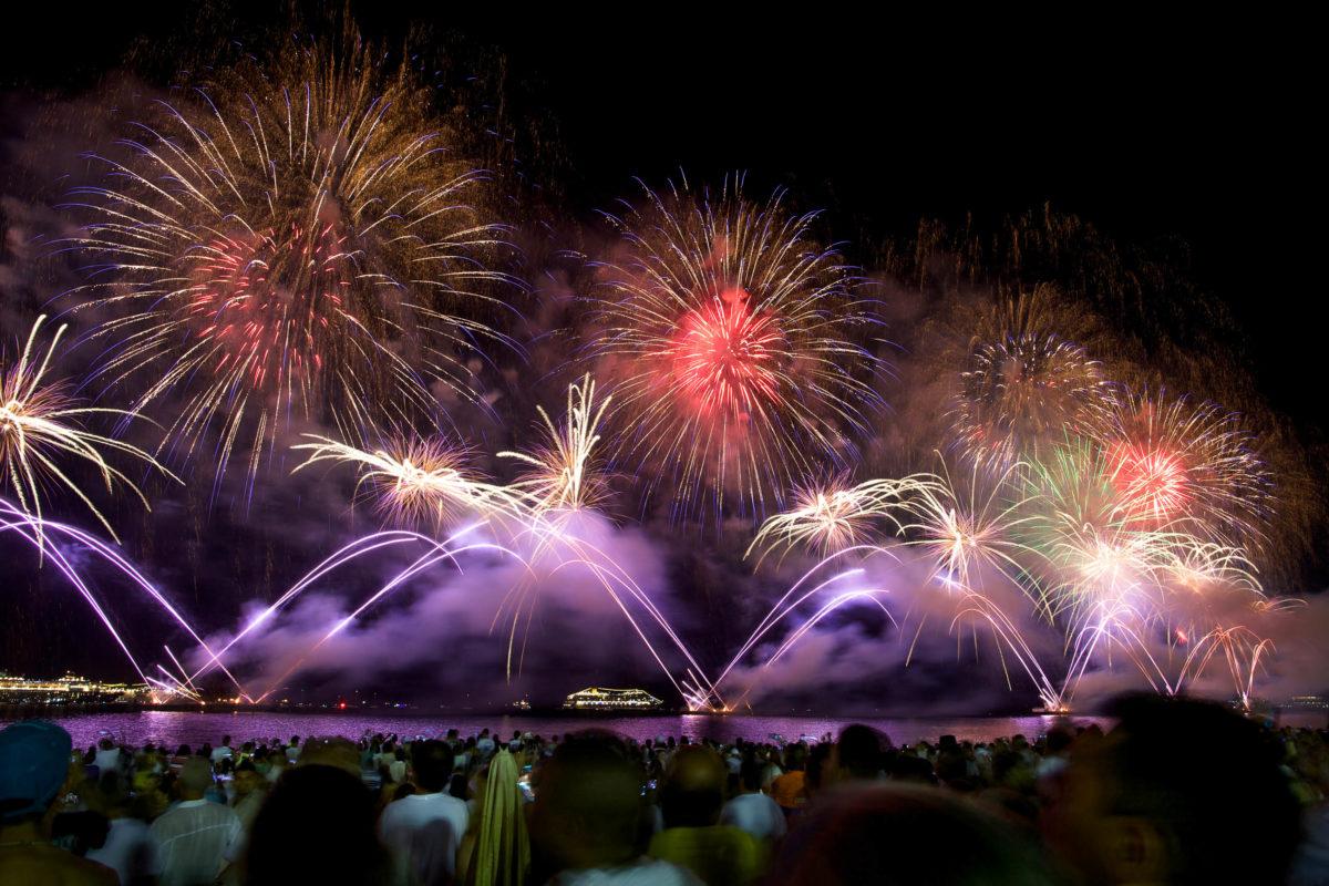 Tausende Zuschauer bestaunen zu Silvester das eindrucksvolle Feuerwerk an der Copacabana in Rio de Janeiro, dem berühmtesten Strand Brasiliens - © dmitry_islentev / Shutterstock