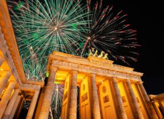 Silvesterfeuerwerk über dem Brandenburger Tor, dem wohl berühmtesten Wahrzeichen Berlins, Deutschland - © Carollux / Shutterstock