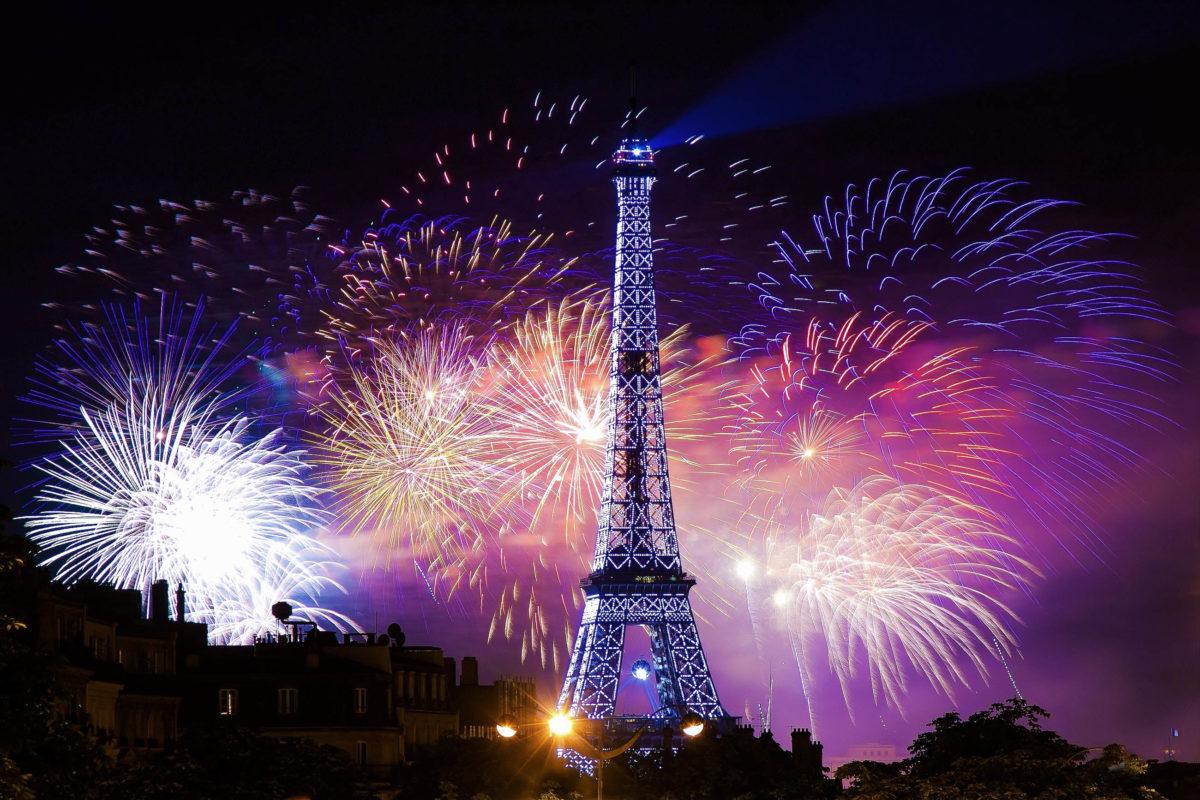 Nacht-Szene beim Eiffelturm mit einem grandiosen Feuerwerk, Paris, Frankreich - © Patrick Wang / Shutterstock