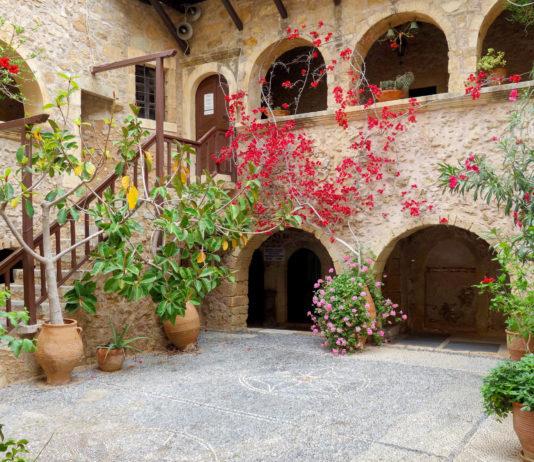Das Kloster Toplou im Osten Kretas präsentiert sich als imposante Festung mit lebendiger Klostergeschichte, Griechenland - © FRASHO / franks-travelbox