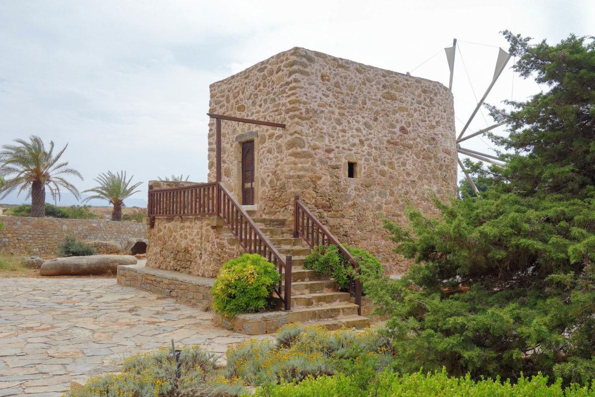 Die Windmühle im äußeren Hof des Klosters Toplou auf Kreta, Griechenland, stammt noch aus der Zeit, als sich die Mönche des Klosters vollständig selbst versorgten - © FRASHO / franks-travelbox