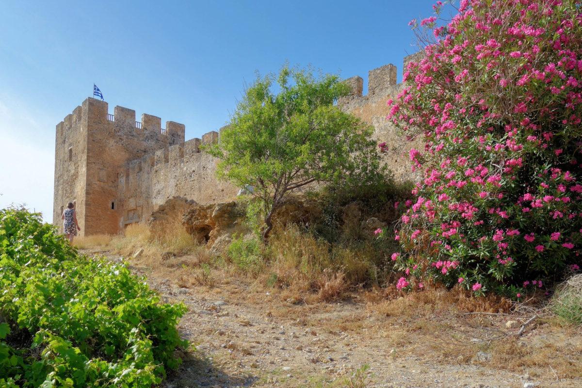 Direkt am Strand gelegen bietet die Festung von Frangokastello eine malerische Kulisse für einen Bade-Tag im Süden Kretas, Griechenland - © FRASHO / franks-travelbox