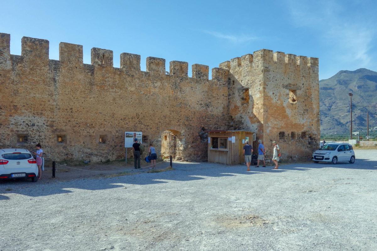 Von der trutzigen Burg in Frangokastello auf Kreta, Griechenland, wurden vor allem Piraten und Türken abgewehrt - © FRASHO / franks-travelbox