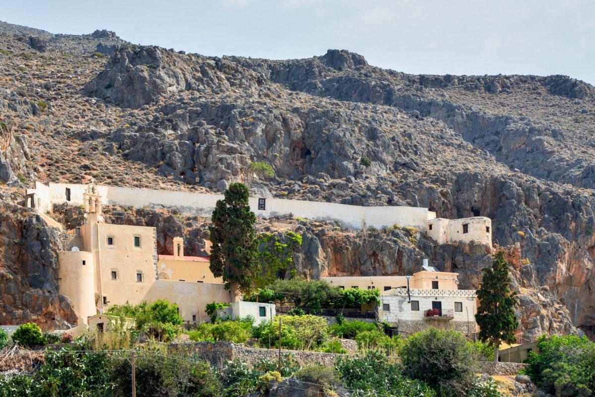 In der einsamen Berglandschaft im kargen Südosten von Kreta, Griechenland, ist das kühle und begrünte Kloster Kapsa eine willkommene Oase - © FRASHO / franks-travelbox