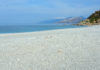 In der Hauptsaison können Bade-Urlauber am Strand von Triopetra auf Kreta, Griechenland, direkt vor Ort Sonnenschirme und Liegen mieten - © FRASHO / franks-travelbox